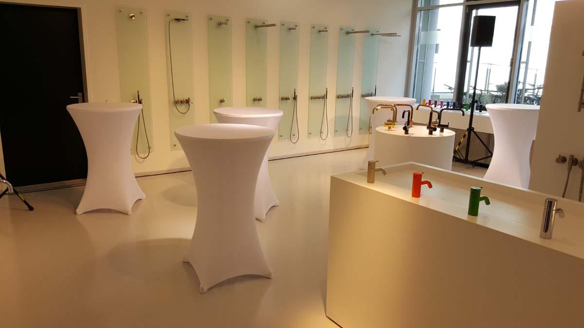 Unsere Stehtische mit Hussen auf einem Kundenevent in München in einem Showroom
